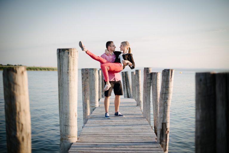 rande fotenie parove fotograf svadba jazero pri jazere molo mólo