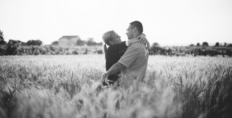 svadba svadobny fotograf fotky v trave obili BW ciernobiele čiernobiele vieden podensdorf